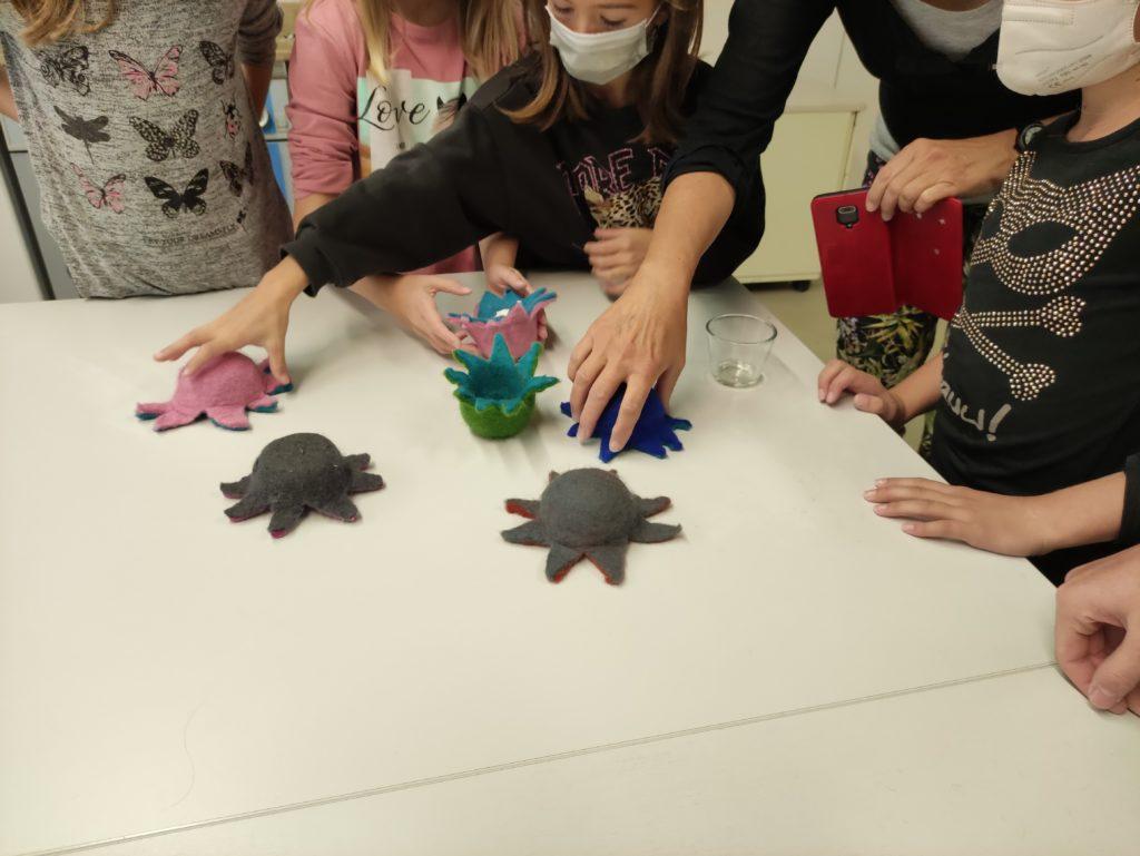 Kinder basteln zusammen Oktopusse aus Filz